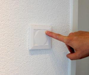 LOXONE Touch Taster mit Finger gedrückt